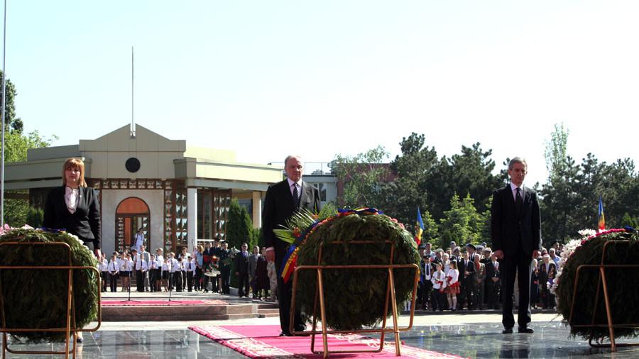 De ziua Victoriei oficialii politici au depus flori la Complexul Memorial Eternitate