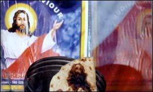 Aproximativ 20000 de creștini au călătorit în India pentr a vedea turta arsă cu chipul lui Hritsos.  PC: bbc.co.uk
