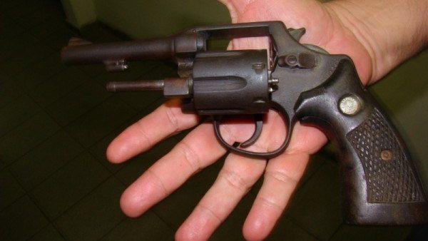 Doi tineri sunt suspectați de tâlhărie şi fabricarea ilegală a armelor