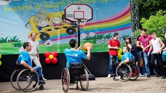 (foto, video) Flash mob în susținerea copiilor cu dizabilități
