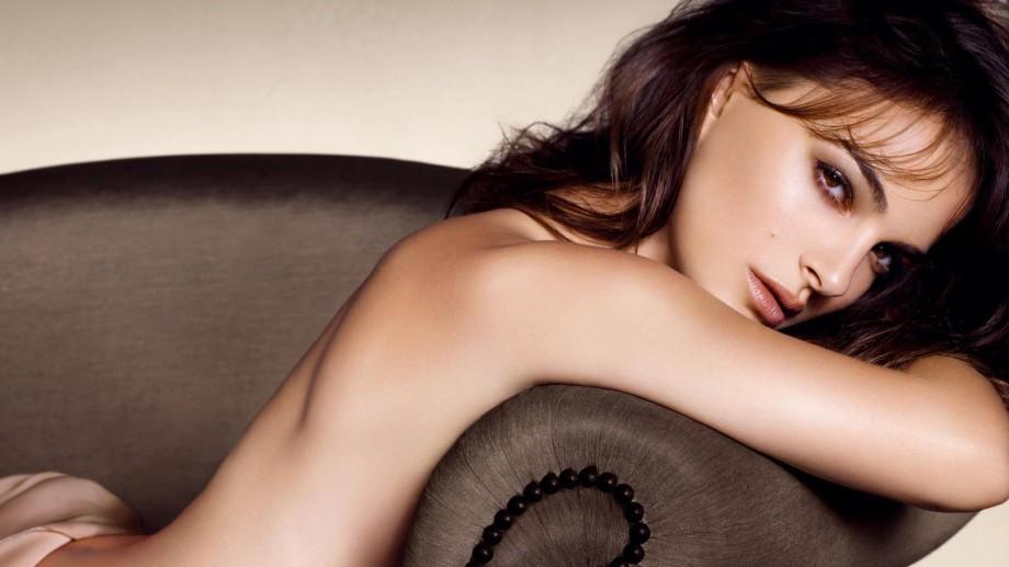 Celebrități fără inhibiții – topul sânilor de vedetă văzuți în filme