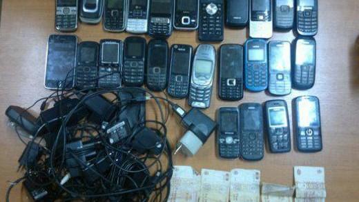 26 mobile și 20 cartele SIM ridicate de la deținuții unui penitenciar