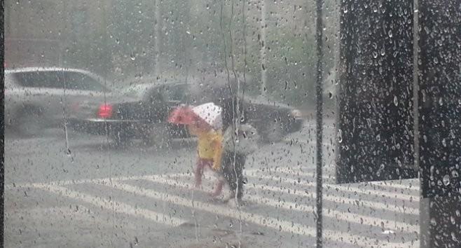 Bilanțul ploii de ieri: 100 de locuințe inundate și 43 de oraşe în întuneric