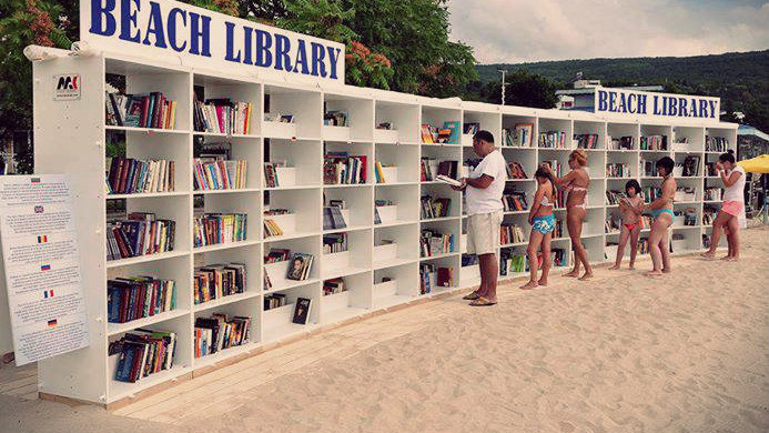 Israelul și Bulgaria și-au pus biblioteci pe plajă