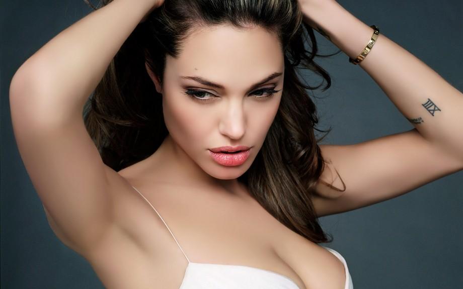 Imagini cu sânii Angelinei după operația de dublă mastectomie