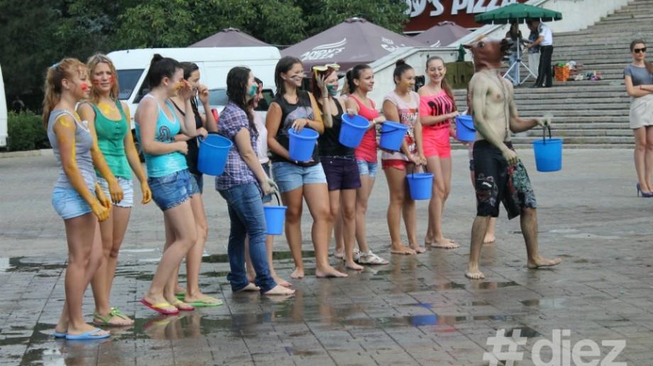 (foto) Tinerii din Chișinău merg cu căldarea la apă