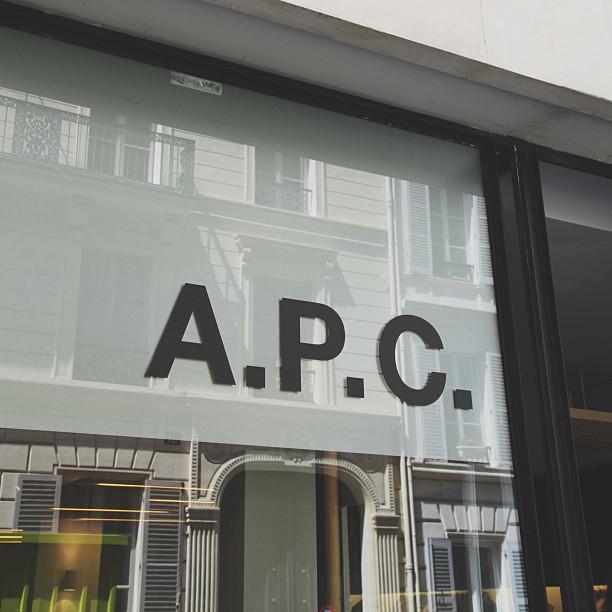 Vitrina magazinului A.P.C. din Paris, unde în scurt timp vor fi și articole semnate Kanye West. PC: instagram.com/apc_paris