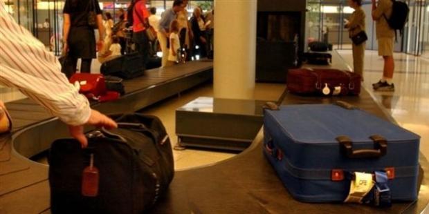 Prinși în flagrant în timp ce goleau bagajele călătorilor