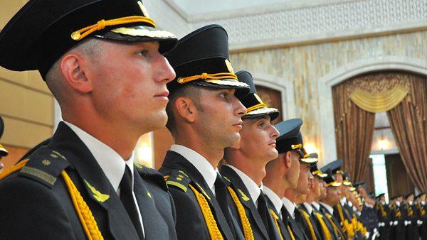 """Absolvenţii Academiei Militare """"Alexandru cel Bun"""" şi-au primit diplomele de licenţă"""