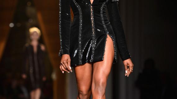 Naomi Campbell a defilat pentru Versace
