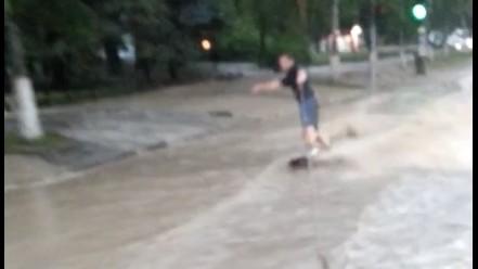 (video) Surfing pe o stradă inundată din Capitală