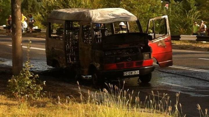 (foto,video) Un microbuz a luat foc la Ciocana