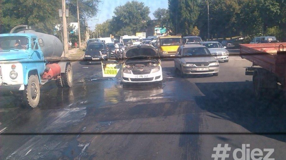 (foto) Un taxi a ars la intersecția Calea Ieșilor cu Ion Creangă