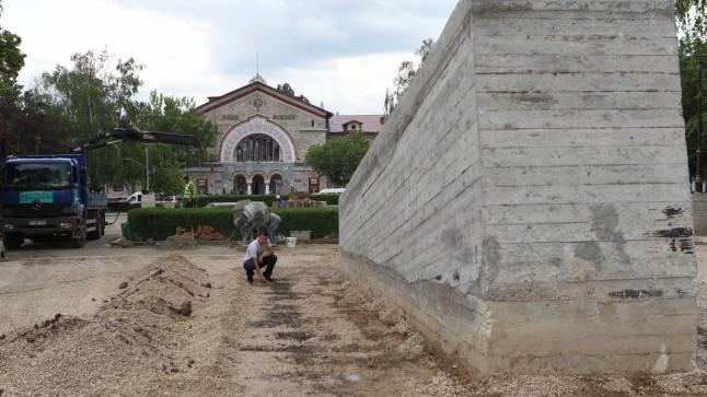 În Scuarul Gării Feroviare vor fi aşternuţi peste 3 mii m² de gazon