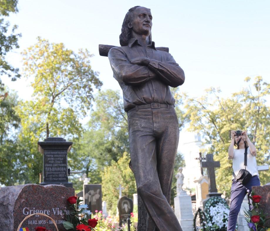 (foto, video) La mormântul lui Grigore Vieru a fost inaugurat monumentul poetului