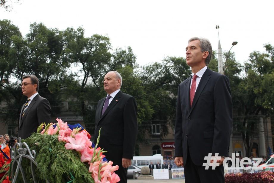 Depunerea de flori a oficialilor moldoveni și români fără Ghimpu și Voronin