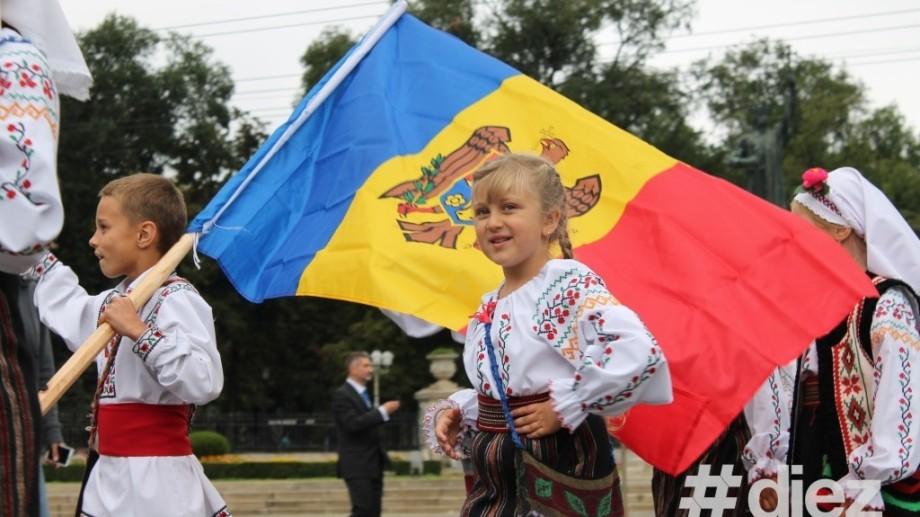 """(foto) Portul național moldovenesc """"a invadat"""" Piața Marii Adunări Naționale"""