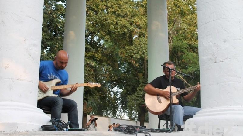 """(foto) Muzică live la ,,Rotonda"""" de la Valea Morilor"""