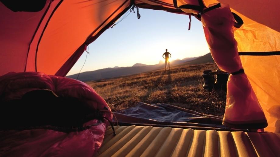 Suferiţi de insomnii? Specialiştii dau un sfat: dormiţi în cort!