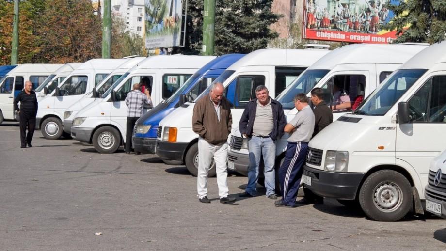 (doc) Șoferii microbuzelor din Chișinău vor fi obligați să transporte pasagerii doar pe scaune