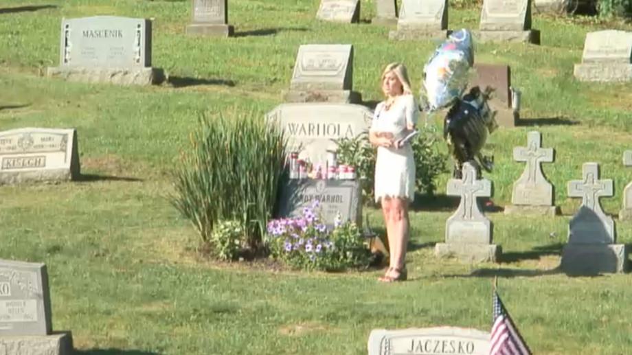 În direct de la mormântul lui Andy Warhol