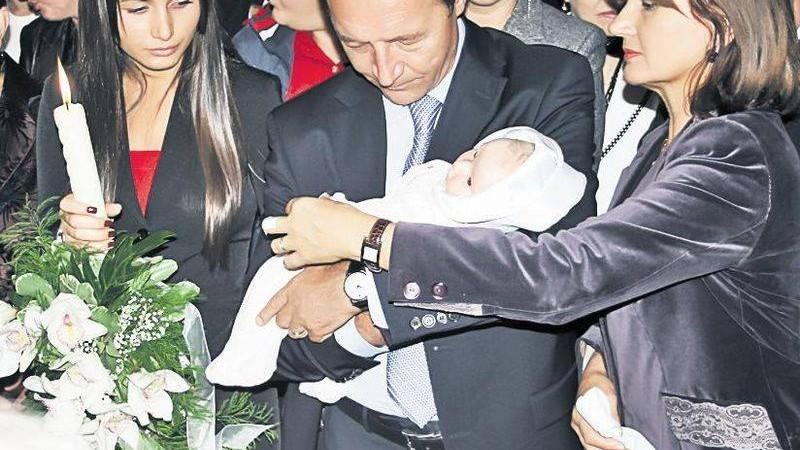 (foto) Traian Băsescu a devenit bunic. Prima fotografie alături de nepoată