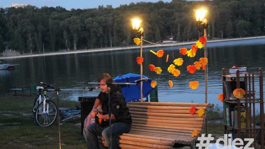 (foto) Pe plaja de la Valea Morilor se cântă muzică acustică