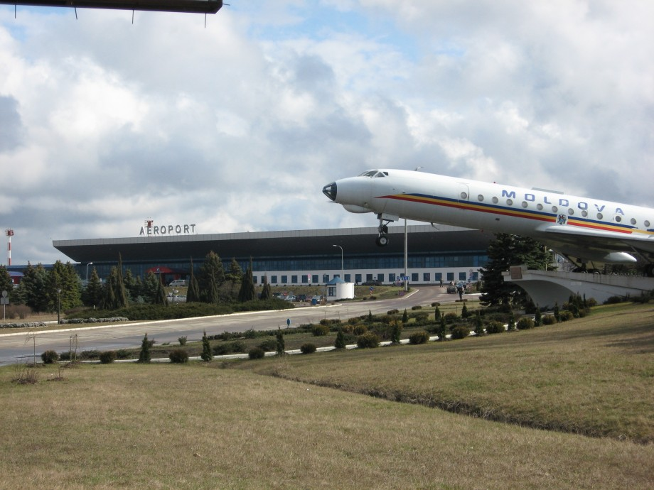 Două tinere reţinute cu acte false pe Aeroportul Chișinău