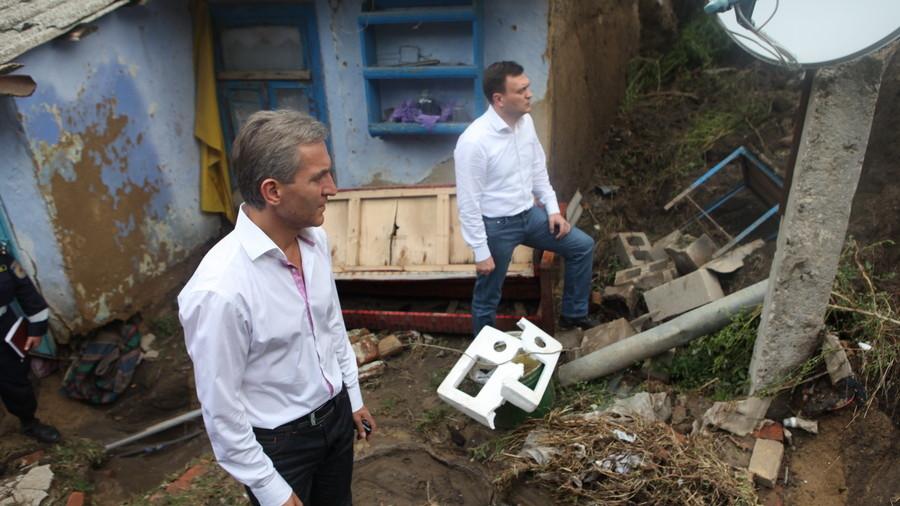 (foto) Prim-ministrul a inspectat zonele afectate de inundaţii din sudul ţării