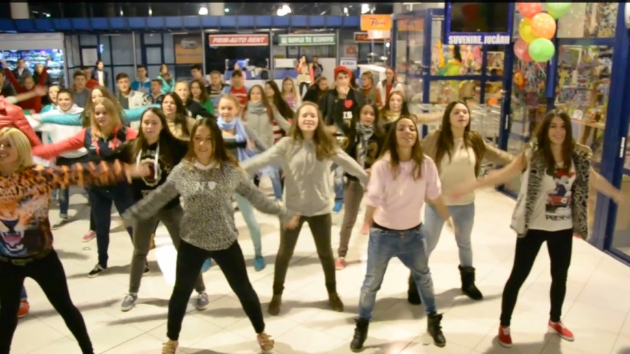 (video) Flash mob pe ritmuri de dans la Aeroportul Chișinău