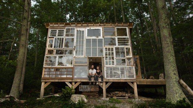 (foto,video) Și-au construit o casă de vacanță din ferestre reciclate