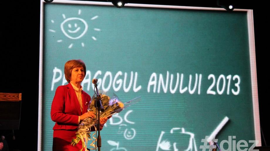 """Ministerul Educației a desemnat """"Pedagogul Anului"""" 2013"""