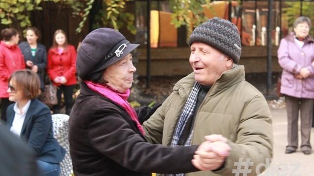 (foto) Cum poți să-i faci fericiți pe bătrânii care dansează în Parcul Central
