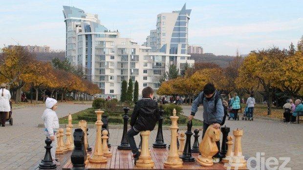 (foto) Parcul Eroilor din sectorul Râşcani are acum o tablă enormă de șah