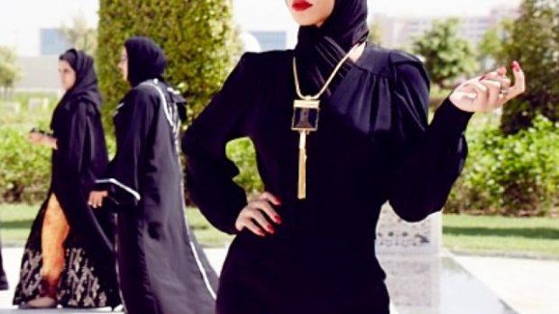 (foto) Rihanna a fost dată afară dintr-o moschee din Abu Dhabi