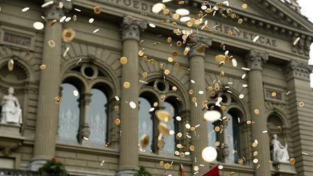 Elvețienii ar putea avea un salariu necondiționat de 2.800 dolari lunar
