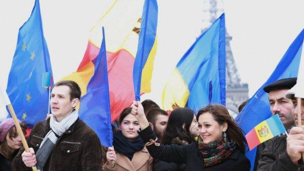 (foto) Tinerii moldoveni din Franța susțin mersul european al RM