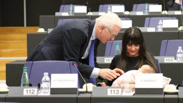 (foto) Nepoata lui Traian Băsescu, vedetă în Parlamentul European