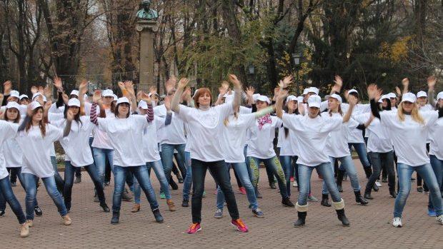 """(foto, video) Tinerii au spus """"Da! pentru sănătatea ta!"""""""