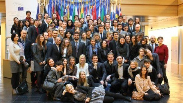 Burse pentru absolvenții de facultate la Campusul din Bruges și Natolin