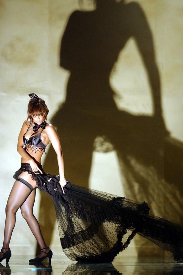 Tyra-Banks-Victorias-Secrets-Nov02-vogue-7nov13-PA_b_592x888