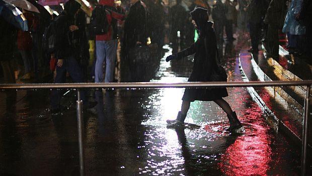 (foto) Protestele din Kiev, ziua nr 2: În ploaie pentru Uniunea Europeană
