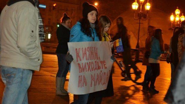 (foto,video) Ucrainenii au ieșit și în Liov să protesteze și să susțină persoanele din Kiev