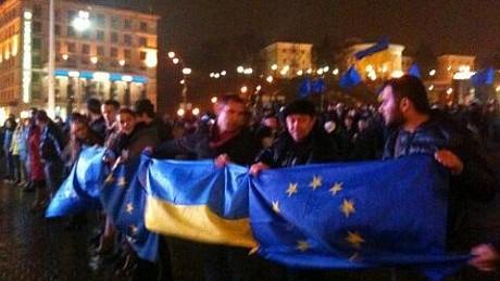 (foto,video) Ucrainenii protestează acum în Kiev împotriva deciziei de azi a Ucrainei