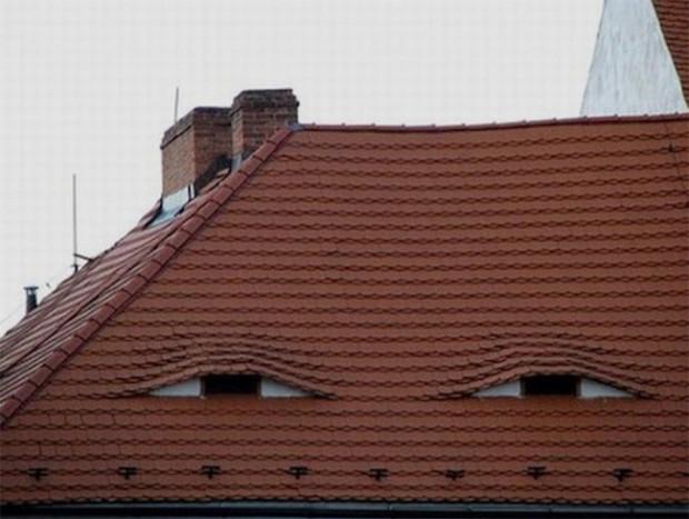 Un acoperiș de casă suspicios.