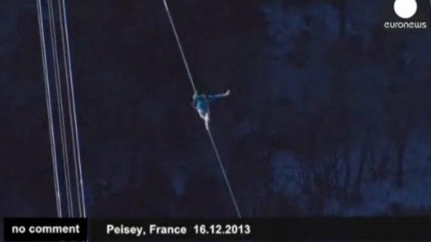 (video) Doi tineri francezi pe o frânghie la 380 m deasupra solului