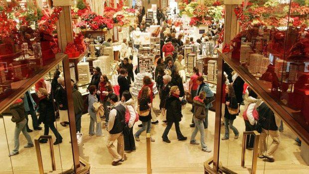 Magazinele și piețele, supraaglomerate în ajun de Crăciun