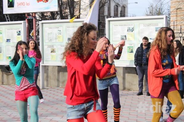 Vera Lozovanu, studentă FJȘC, USM la Flash-mob-ul 11.12.13