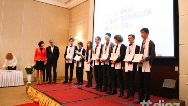 """(foto,video) Elevii cu rezultate excepționale la olimpiade au fost premiați la """"Gala Olimpicilor"""""""