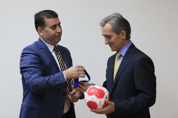 Șeful Executivului a primit o minge semnată de toţi handbaliştii şi una dintre medaliile obţinute în această competiţie. PC: gov.md